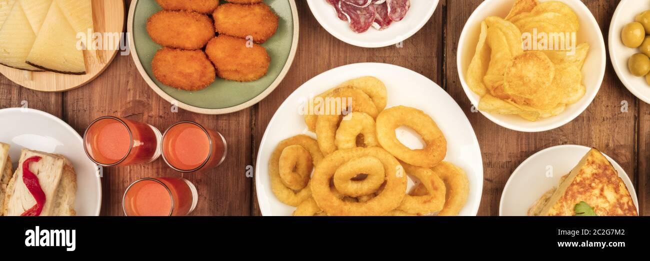 Un panorama de tapas españolas, una foto de la vista de una variedad de aperitivos. Gazpacho, anillos de calamar, tortilla, queso, etc., tirado de ab Foto de stock