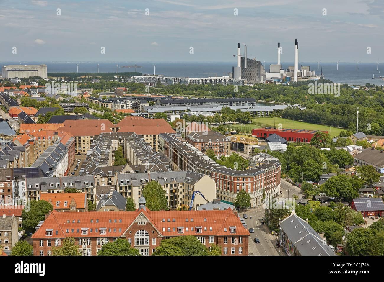 Horizonte de la ciudad escandinava de Copenhague en Dinamarca durante un día nublado Foto de stock