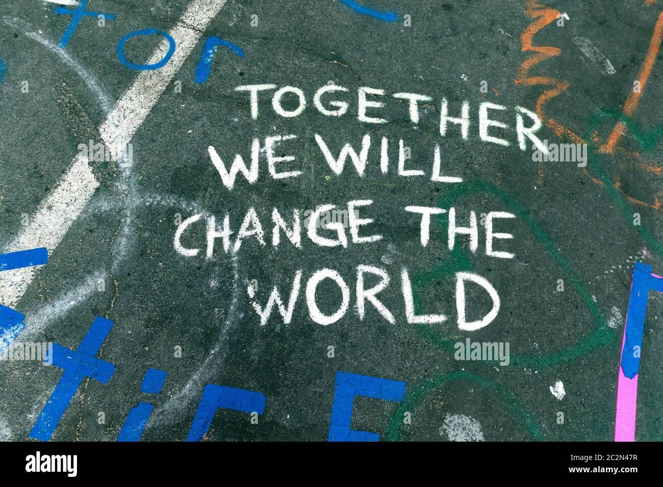 """Amonestación """"juntos cambiaremos el mundo"""" declaración sobre pavimento en 38th y Chicago donde George Floyd murió. Minneapolis Minnesota Minnesota Minnesota, EE.UU Foto de stock"""