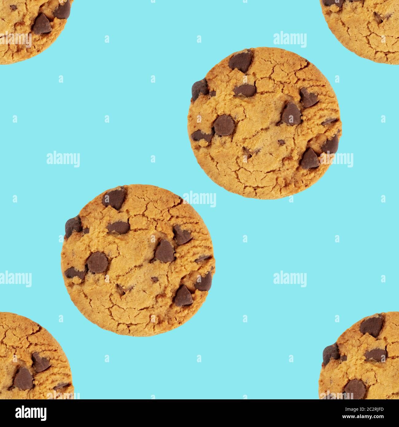 Las galletas con trocitos de chocolate, sin gluten, un patrón de repetición perfecta sobre un fondo azul. Foto de stock