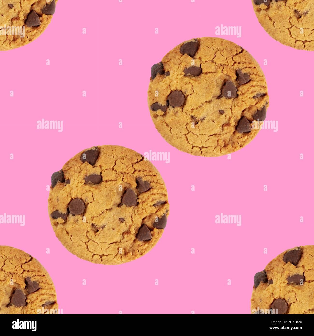 Las galletas con trocitos de chocolate, libre de gluten, un patrón de repetición perfecta en un vibrante color rosa de fondo Foto de stock