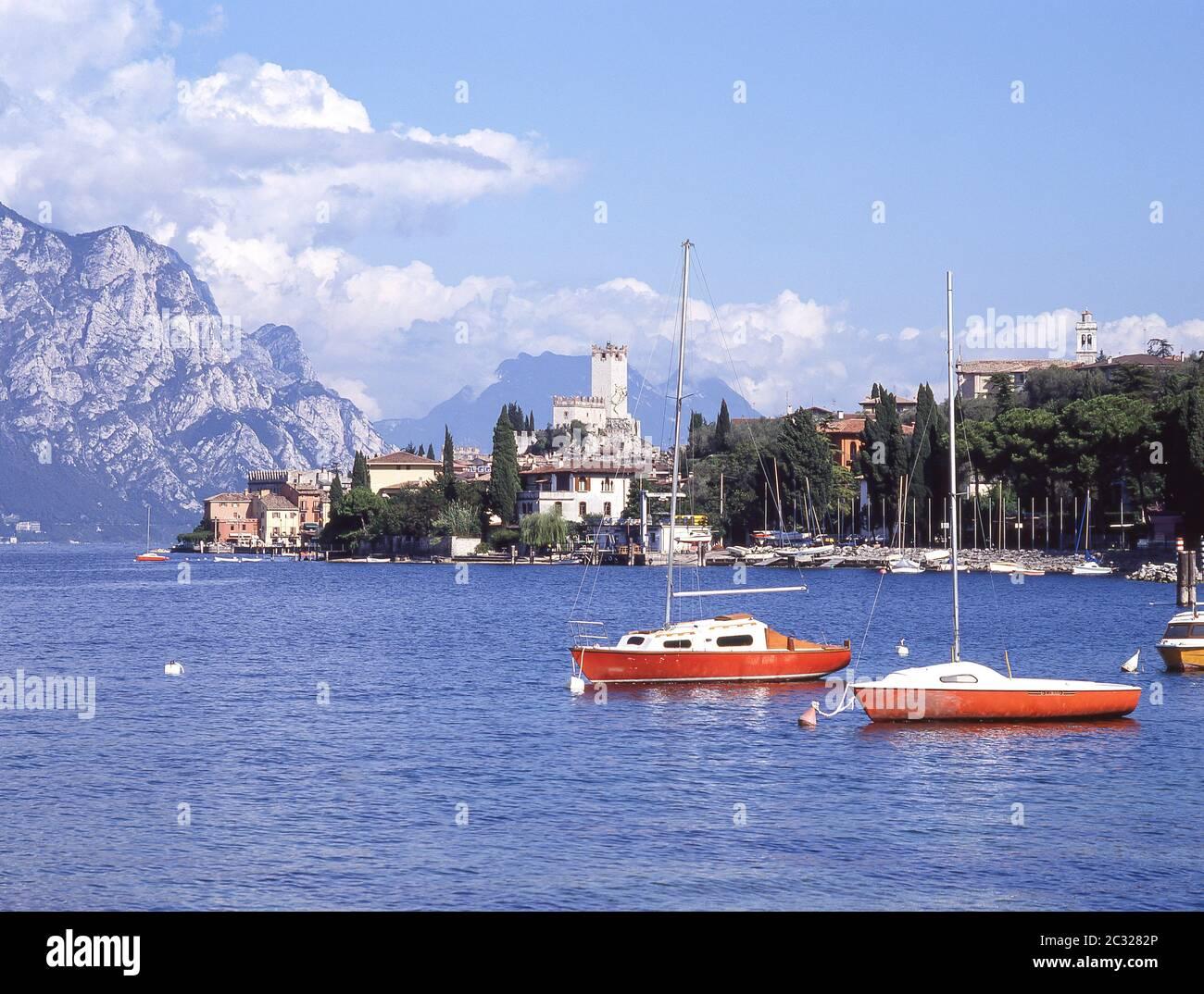 Barcos en el puerto en el Lago de Garda, Malcsene, provincia de Verona, región de Veneto, Italia Foto de stock