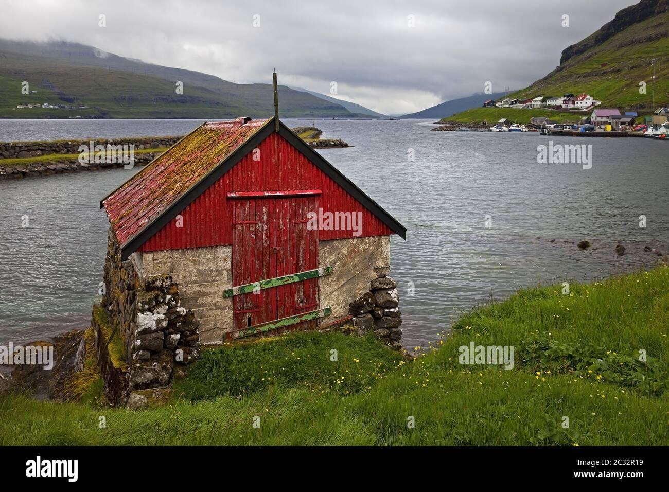 Pequeña casa de pescadores en el Atlántico en la ciudad de Haldarsvik, Streymoy, Faroeer, Dinamarca Foto de stock