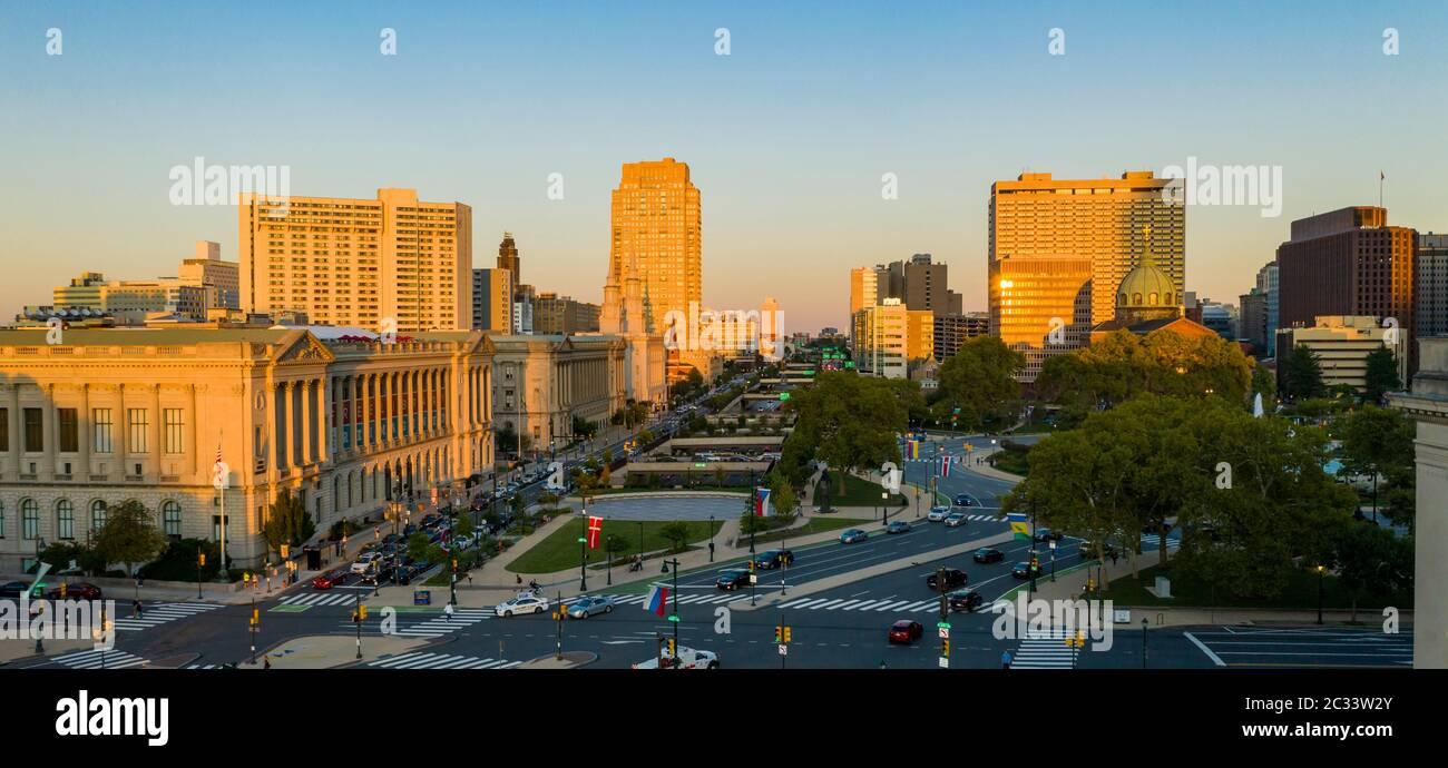 La última luz del atardecer golpea los edificios en el centro de Filadelfia, Pensilvania Foto de stock
