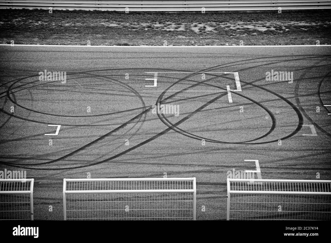 Circuito neumático de carreras sobre asfalto en el detalle de la marca Foto de stock