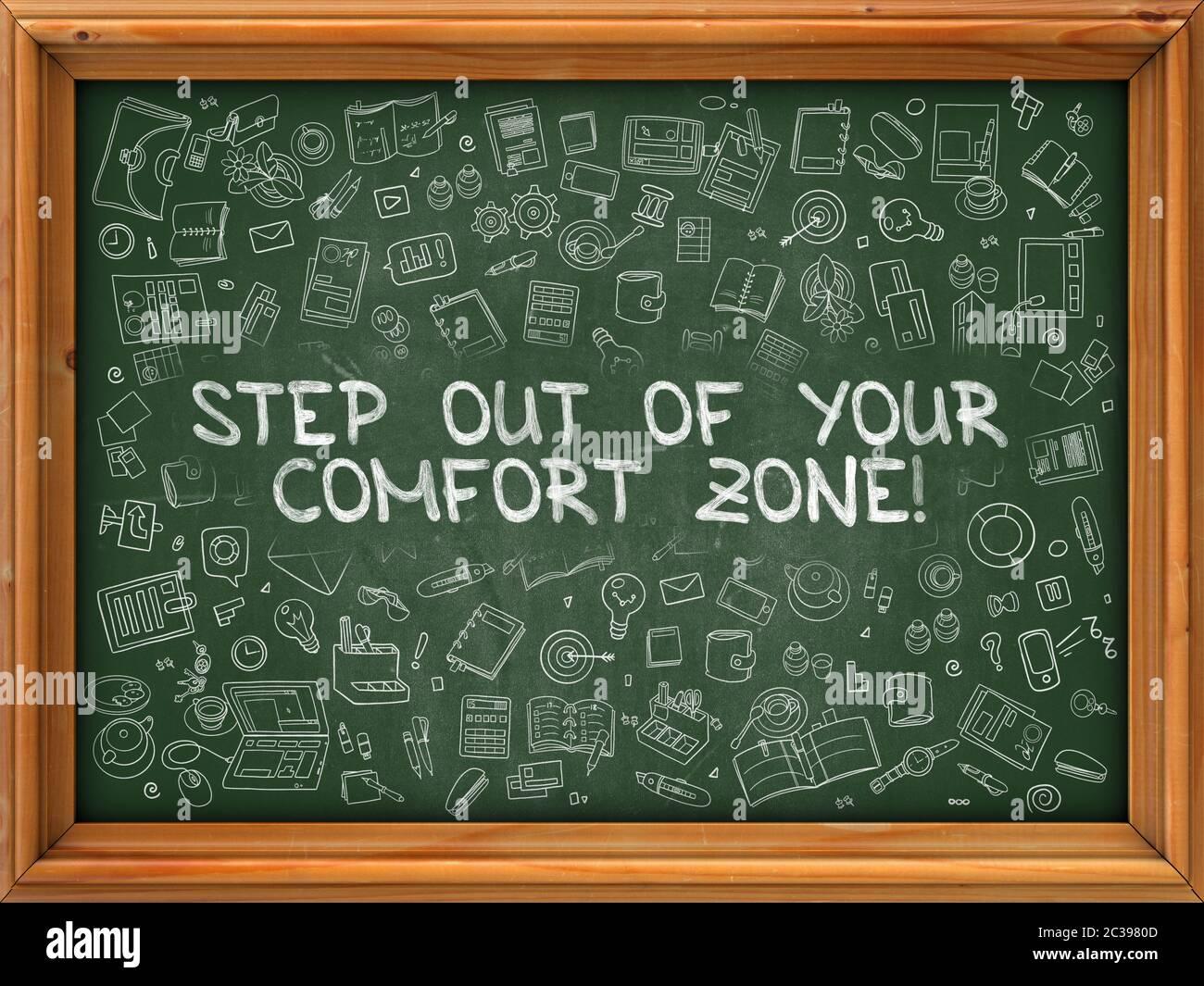 Salga de su Zona de Confort - dibujado a mano en Pizarra. Salga de su zona de confort con los iconos de Doodle alrededor. Foto de stock