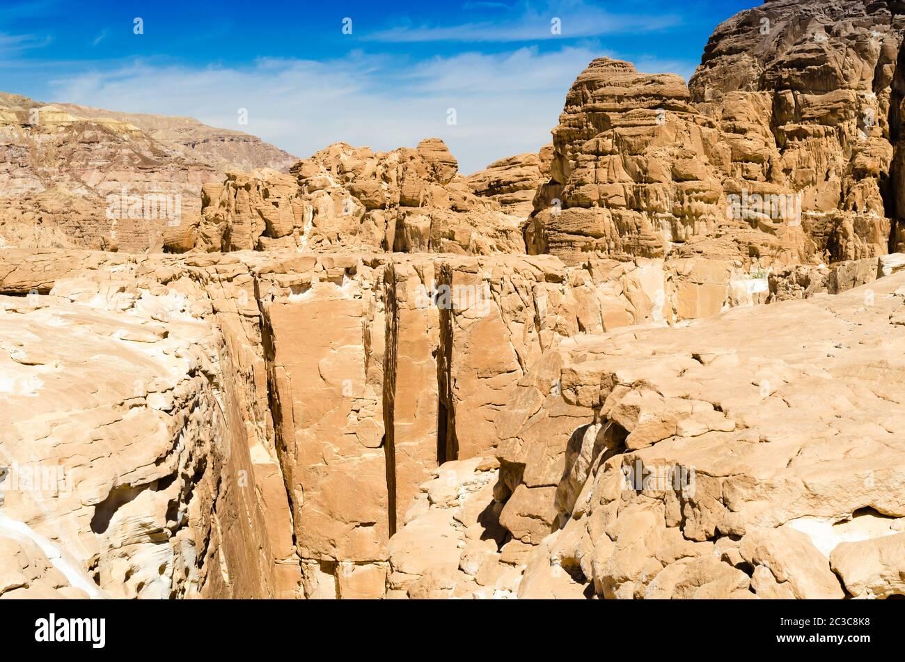 Altas montañas rocosas contra el cielo azul y las nubes blancas en el desierto En Egipto Dahab Sur Sinaí Foto de stock