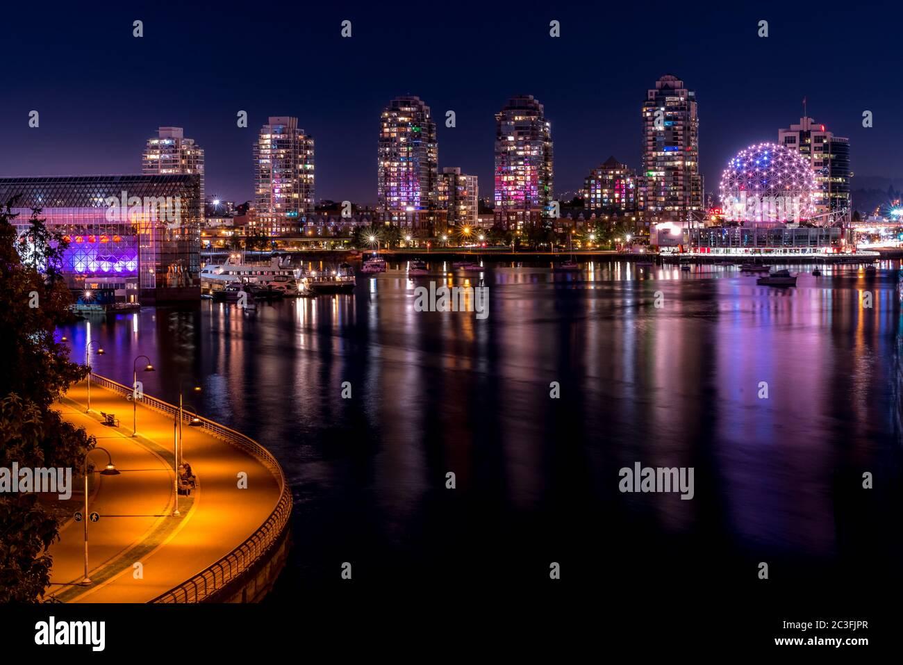 Museo de la Ciencia y Centro de Conferencias en Vancouver, Canadá por la noche Foto de stock