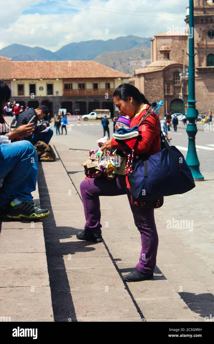 CUSCO, PERÚ - 07 de mayo de 2019: Vendedor ambulante presentando todos los productos de su puesto Foto de stock