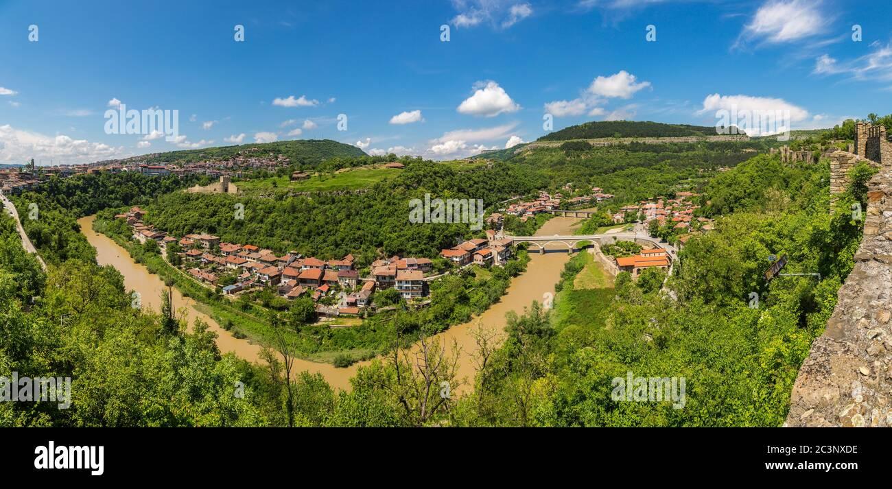 Tsarevets Fortaleza en Veliko Tarnovo en un hermoso día de verano, Bulgaria Foto de stock