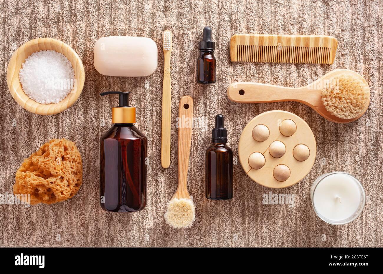cero residuos eco concepto de higiene de baño amigable. cepillo de dientes de madera jabón de cepillado cosmético Foto de stock