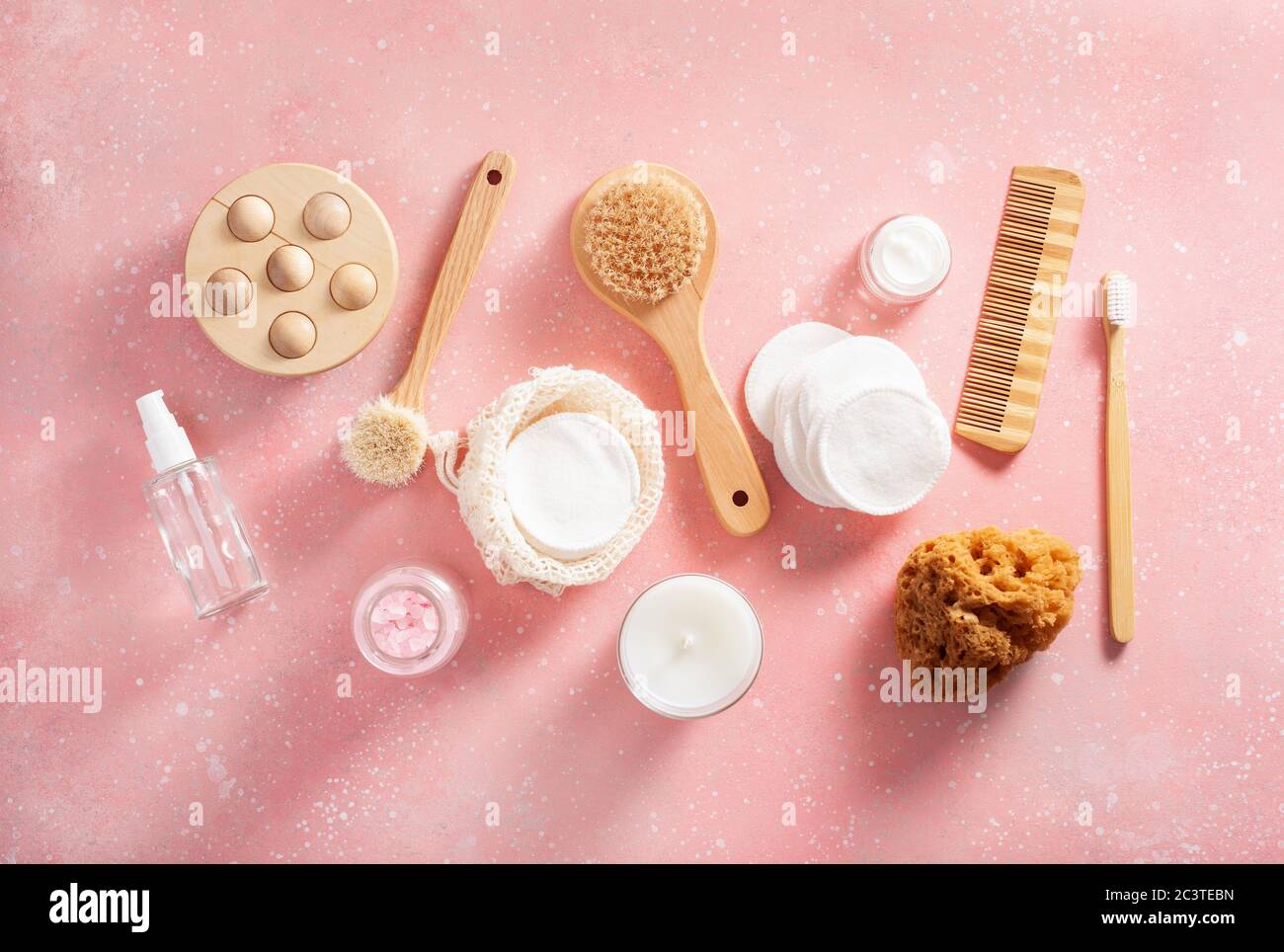 cero residuos eco concepto de higiene de baño. cepillo de madera jabón almohadillas reutilizables cepillo cosmético Foto de stock