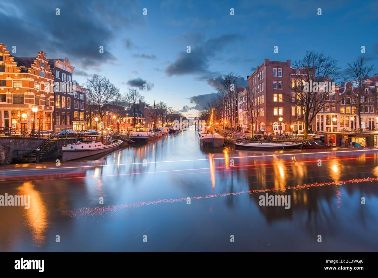 Amsterdam, países Bajos puentes y canales en el crepúsculo. Foto de stock