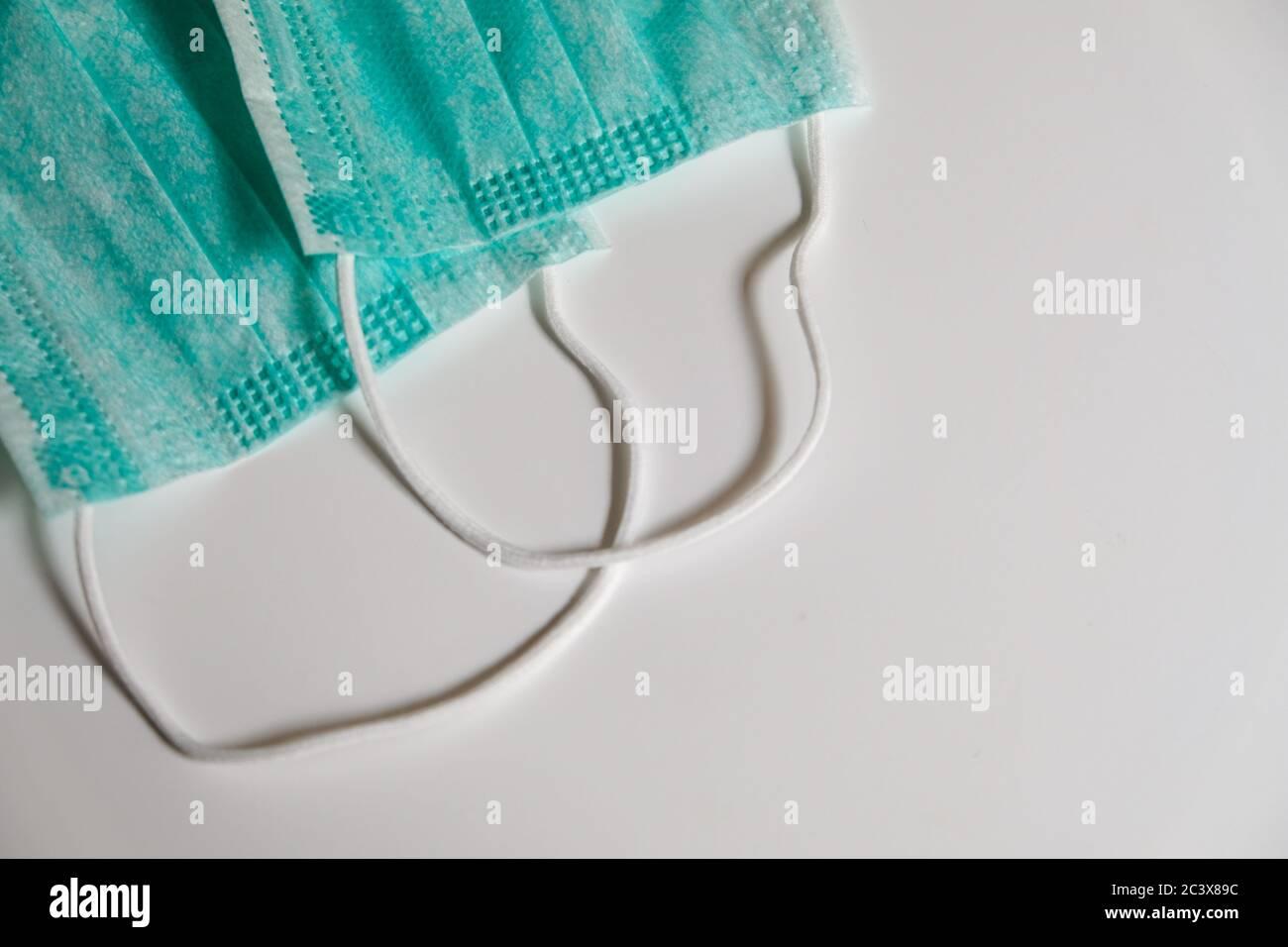Dos máscaras médicas de cara azul estándar en una mesa blanca. Protección propia contra virus, bacterias, enfermedades, corona o gripe. Métodos de prevención Foto de stock