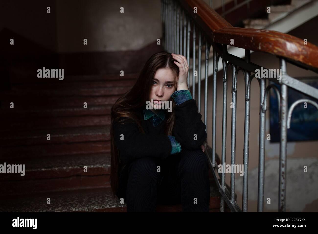 Retrato de mujer joven sentada en las escaleras Foto de stock