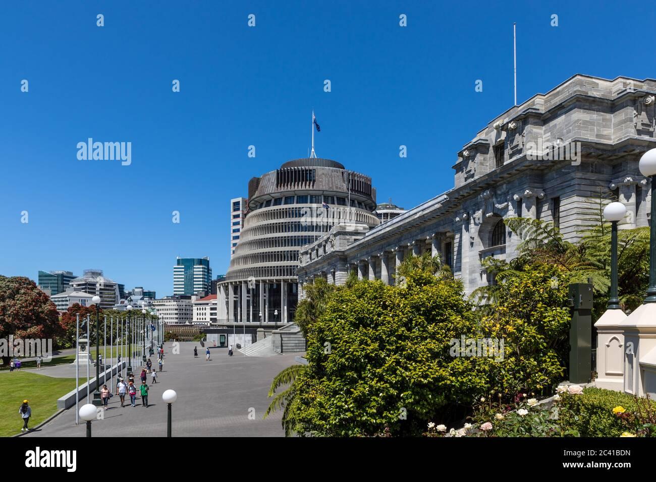 Wellington, Nueva Zelanda: El 'Beehive' (izquierda) es el nombre común para el ala ejecutiva del edificio del Parlamento de Nueva Zelanda (derecha) Foto de stock