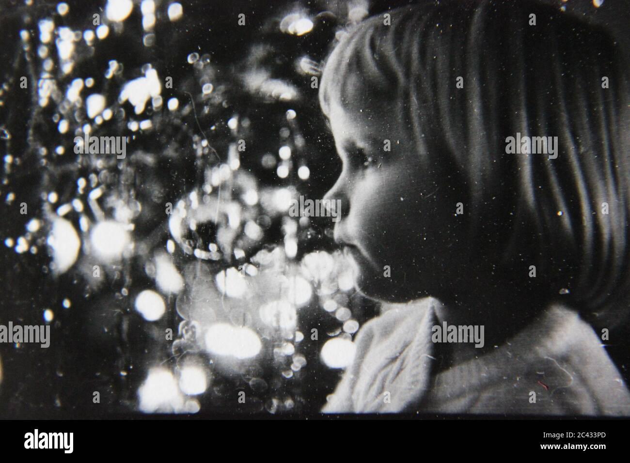 Fotografía de estilo de vida en blanco y negro de los años 70 de una chica joven que se pasaba en casa y se diviría. Foto de stock