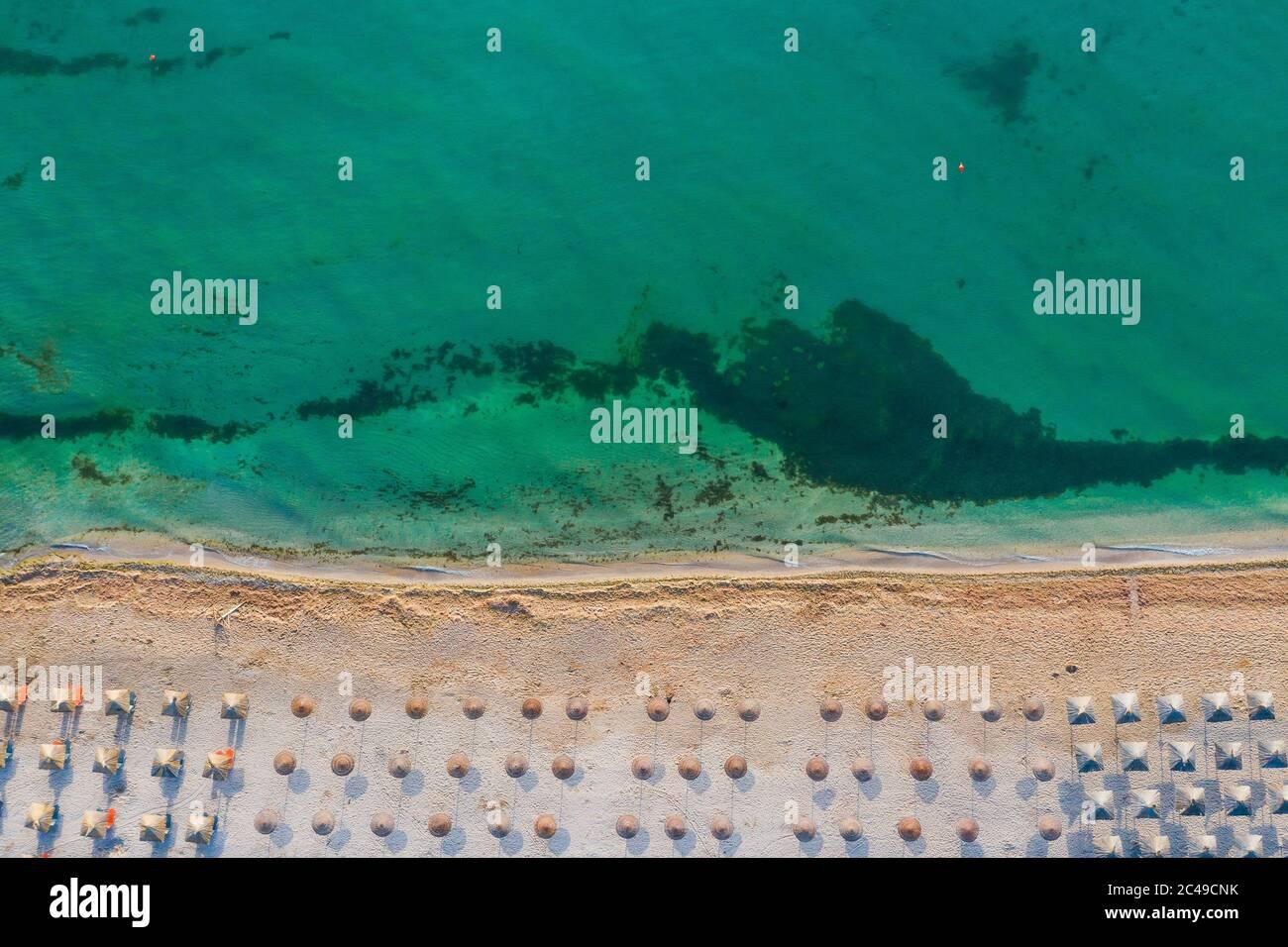 Vama Veche, Rumania. Vista aérea Vama Veche playa con sombrillas en el Mar Negro. Foto de stock