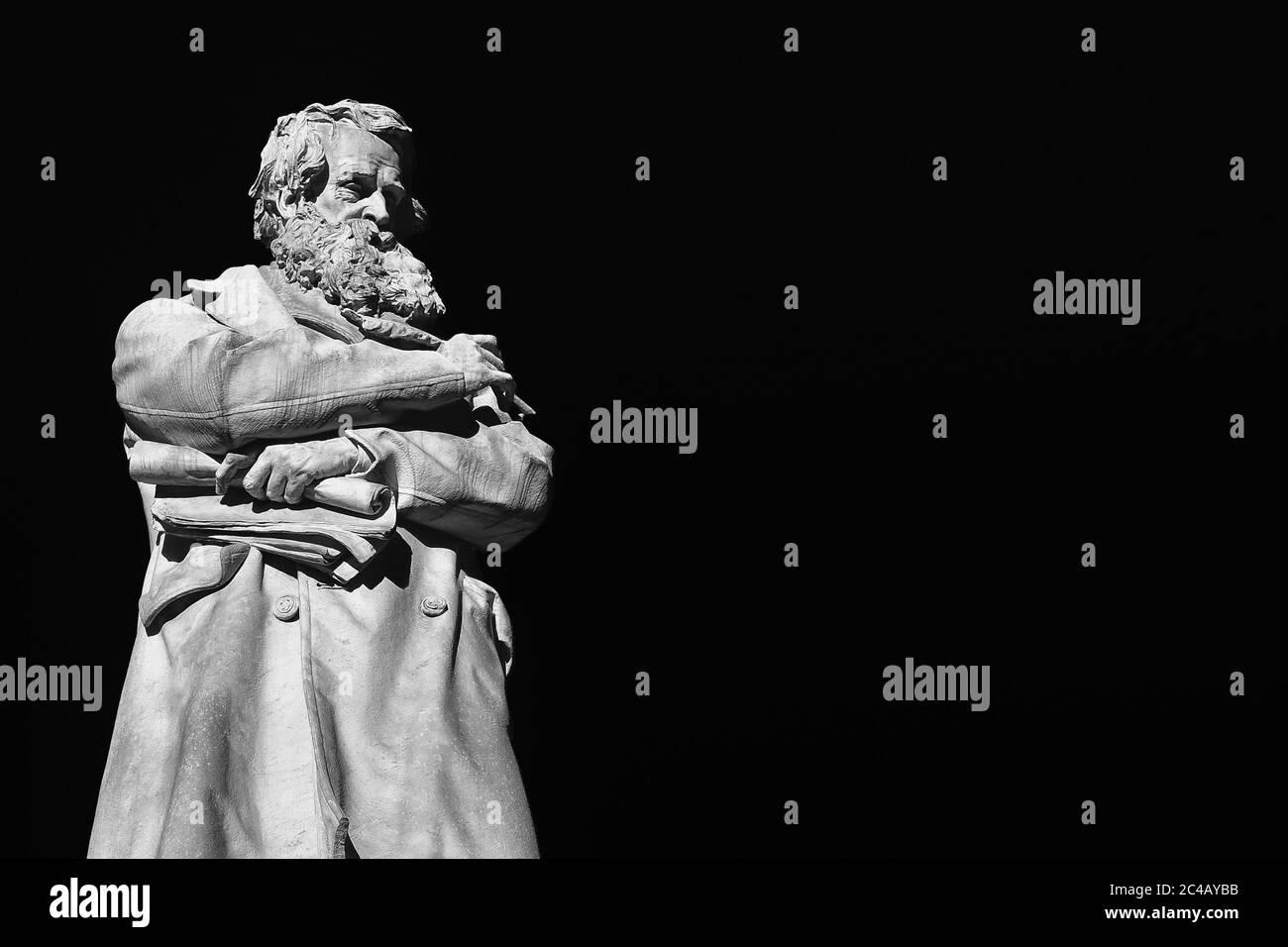 Hombre intelectual y sabio. Estatua de mármol de Niccolo Tommaseo erigida en 1882 en el centro de Venecia Santo Stefano plaza (Negro y Blanco con copia s Foto de stock