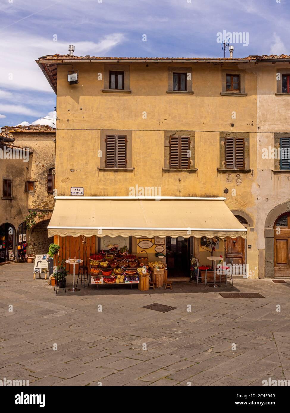 Pequeña cafetería y tienda de frutas en Castellina in Chianti. Toscana, Italia. Foto de stock