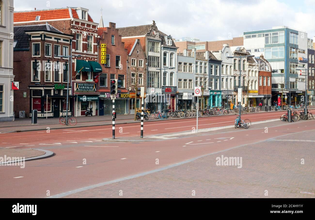 Vista de una calle desolada de Vredenburg con tiendas cerradas. Debido a la pandemia de Ccorona, es tranquilo en el centro de la ciudad de Utrecht. Países Bajos. Foto de stock
