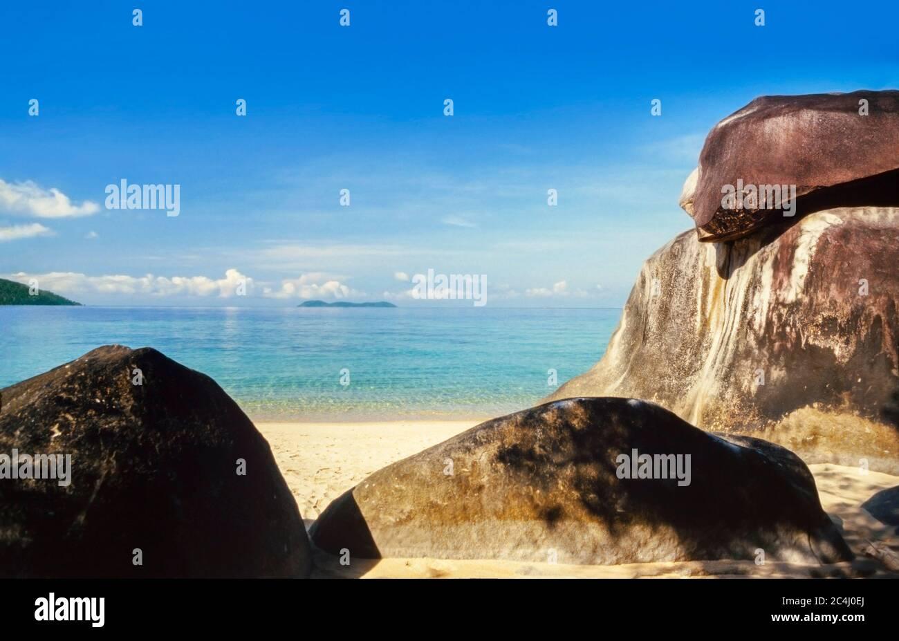 Pulau Tioman (isla) Malasia, escena de playa, sol brillante Foto de stock