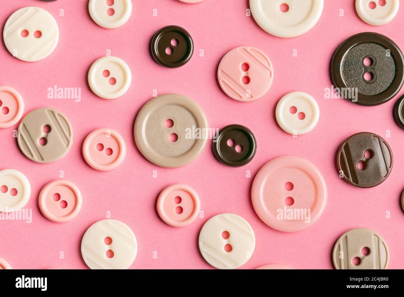 Botones de plástico pastel en rosa. Este archivo se limpia y se vuelve a archivar. Foto de stock