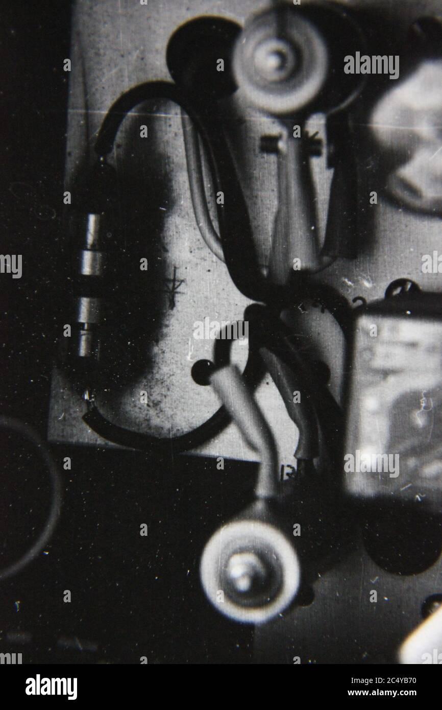 Fotografía en blanco y negro de la época de los 70 de un montón de cableado integrado entre sí. Foto de stock