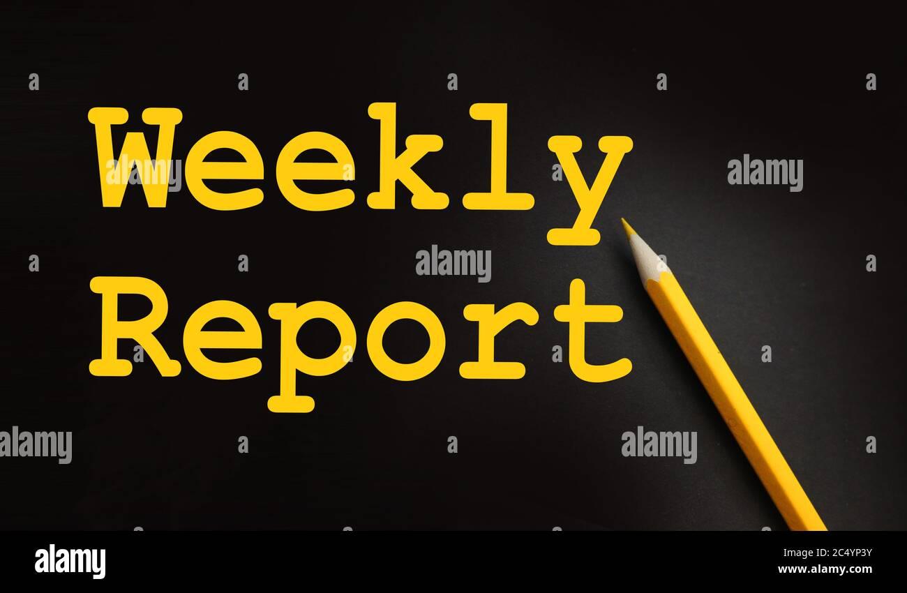Informe semanal palabras impresas en amarillo sobre negro con lápiz amarillo. Concepto de negocio Foto de stock