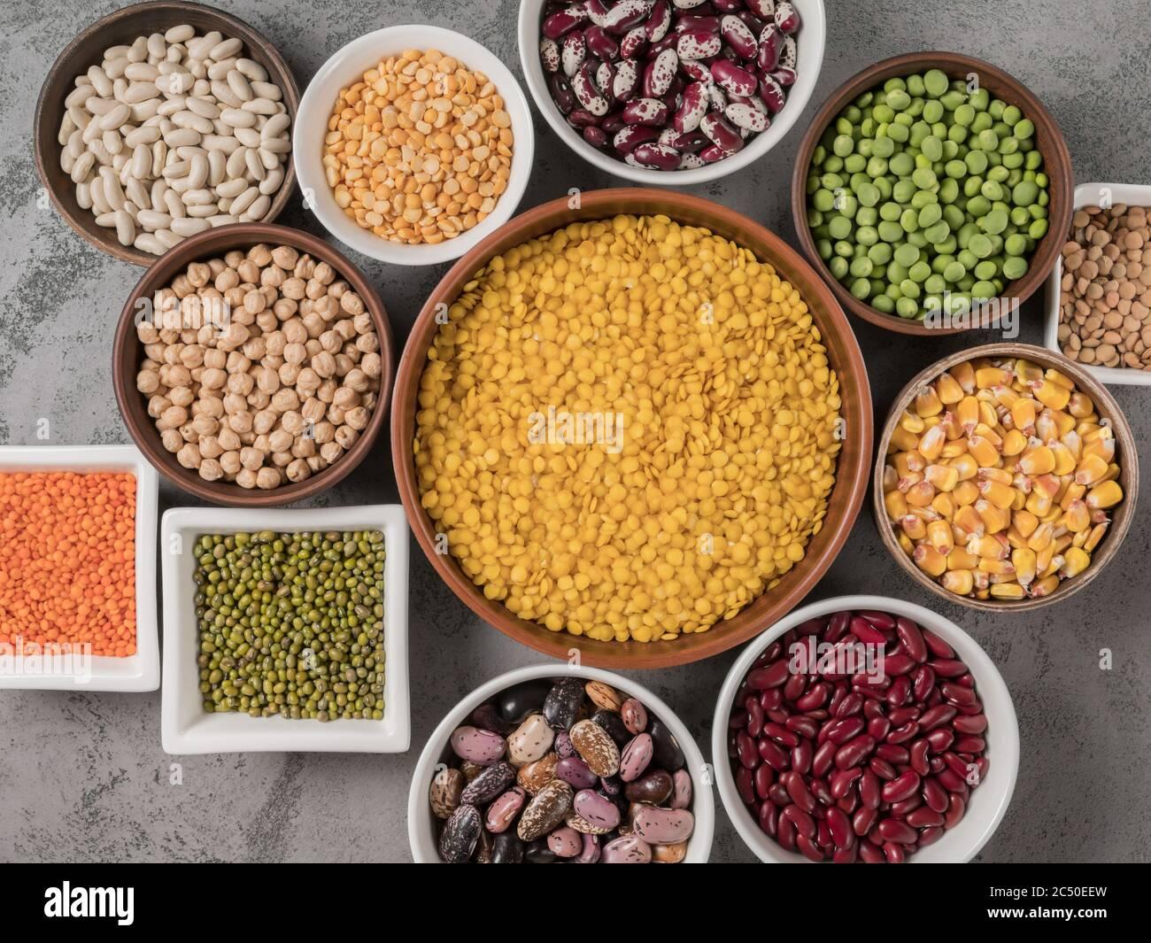 El concepto de alimentación saludable. Diferentes legumbres en primer plano. Foto de stock