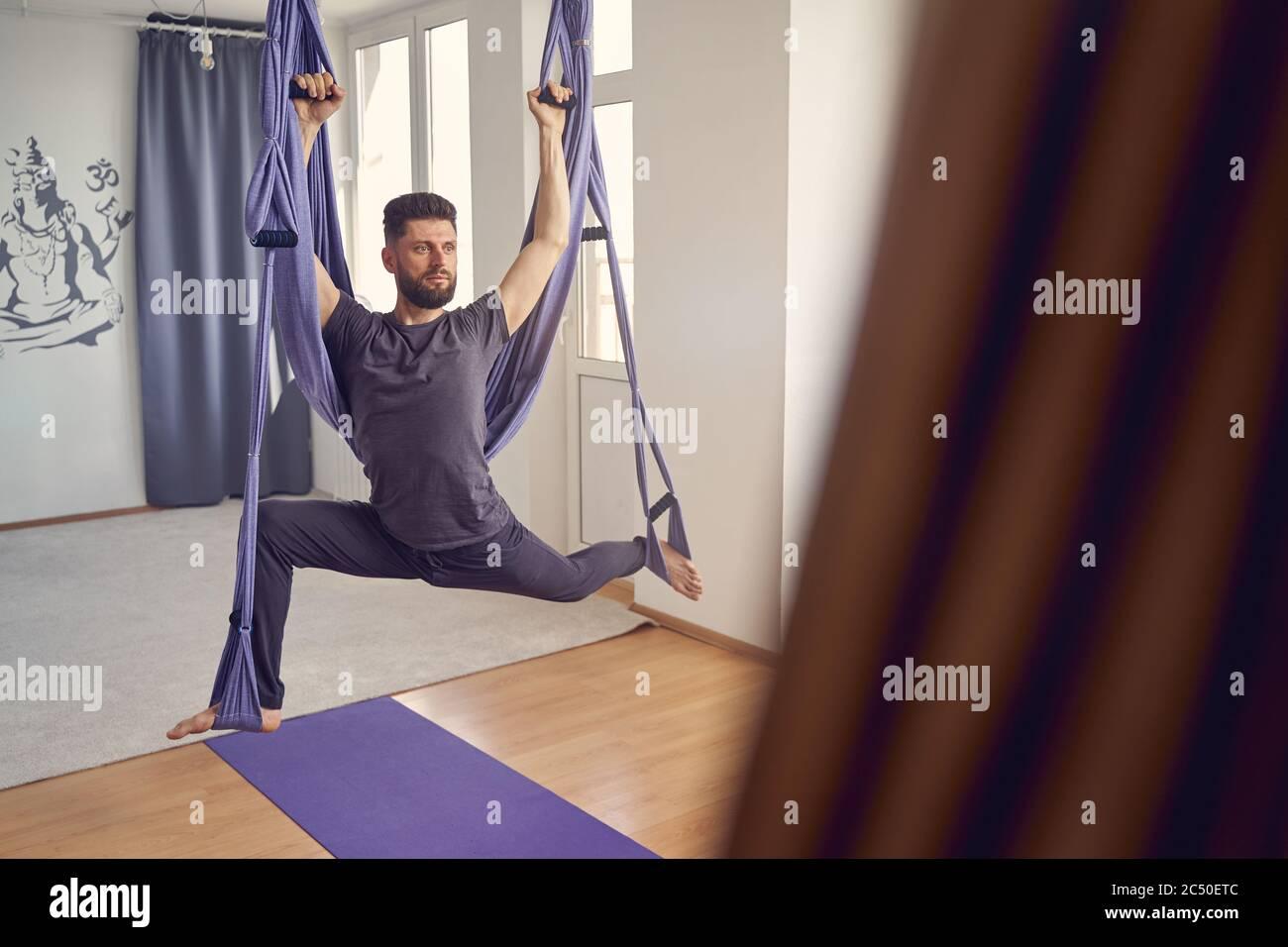Hombre Guapo Usando Yoga Hamaca Columpio En Gimnasio Fotografia De Stock Alamy Añade nosotros los guapos a tus favoritos y. https www alamy es hombre guapo usando yoga hamaca columpio en gimnasio image364502668 html
