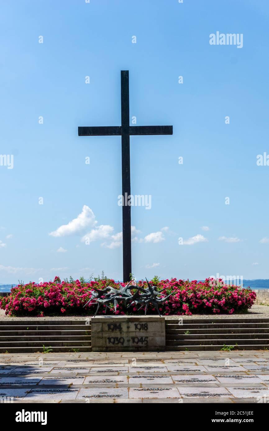 Hagnau, BW / Alemania - 23 de junio de 2020: Monumento histórico de la cruz a los soldados caídos en la Segunda Guerra Mundial en Hagnau en el lago de Constanza Foto de stock