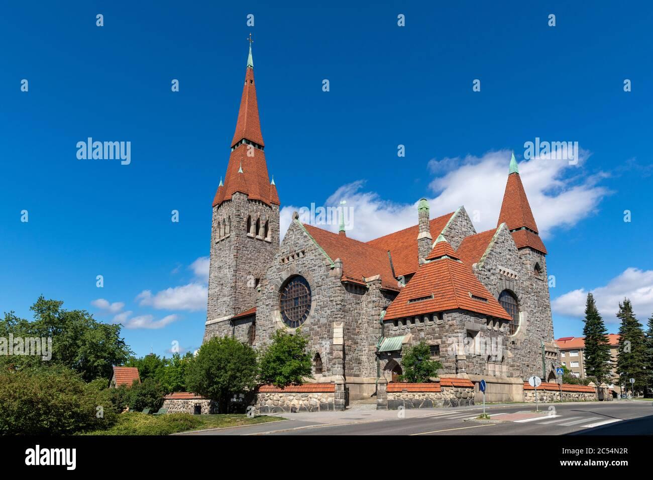 Iglesia histórica exterior de piedra con el sol brillante del verano Foto de stock