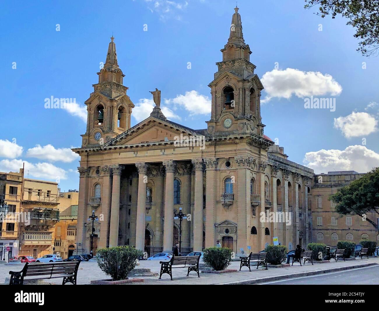 Iglesia católica en la Valeta Foto de stock