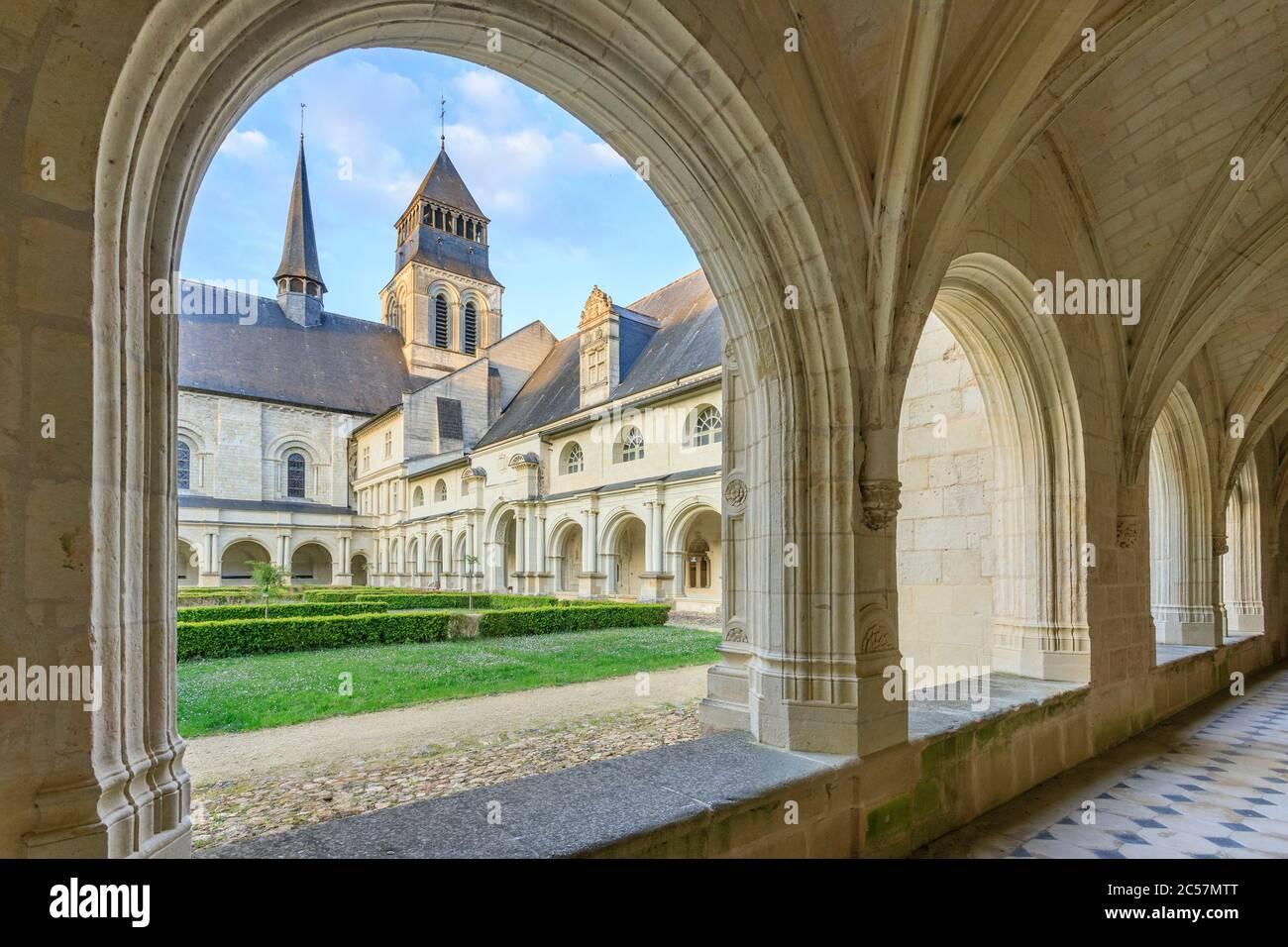 Francia, Maine y Loira, Loira Parque Natural Regional Anjou Touraine, Valle del Loira declarado Patrimonio de la Humanidad por la UNESCO, Fontevraud l'Abbaye, Notre Dame d Foto de stock