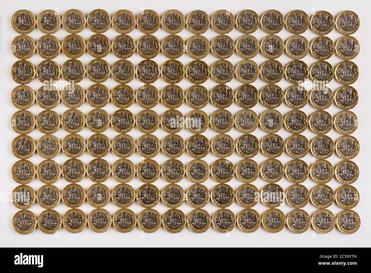Fotografía de varias filas de nuevas monedas de 1 libra del Reino Unido (nuevas monedas de 1 libra en circulación después de octubre de 2017) Foto de stock