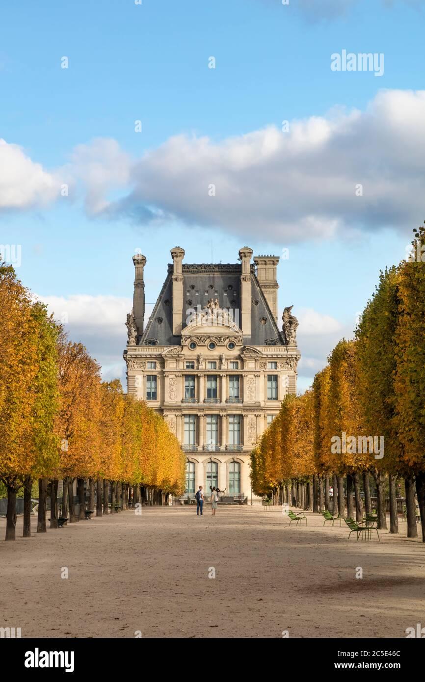 Color de otoño en el Jardin des Tuileries con Pavillon de Flore del Musee du Louvre más allá, París, Francia Foto de stock