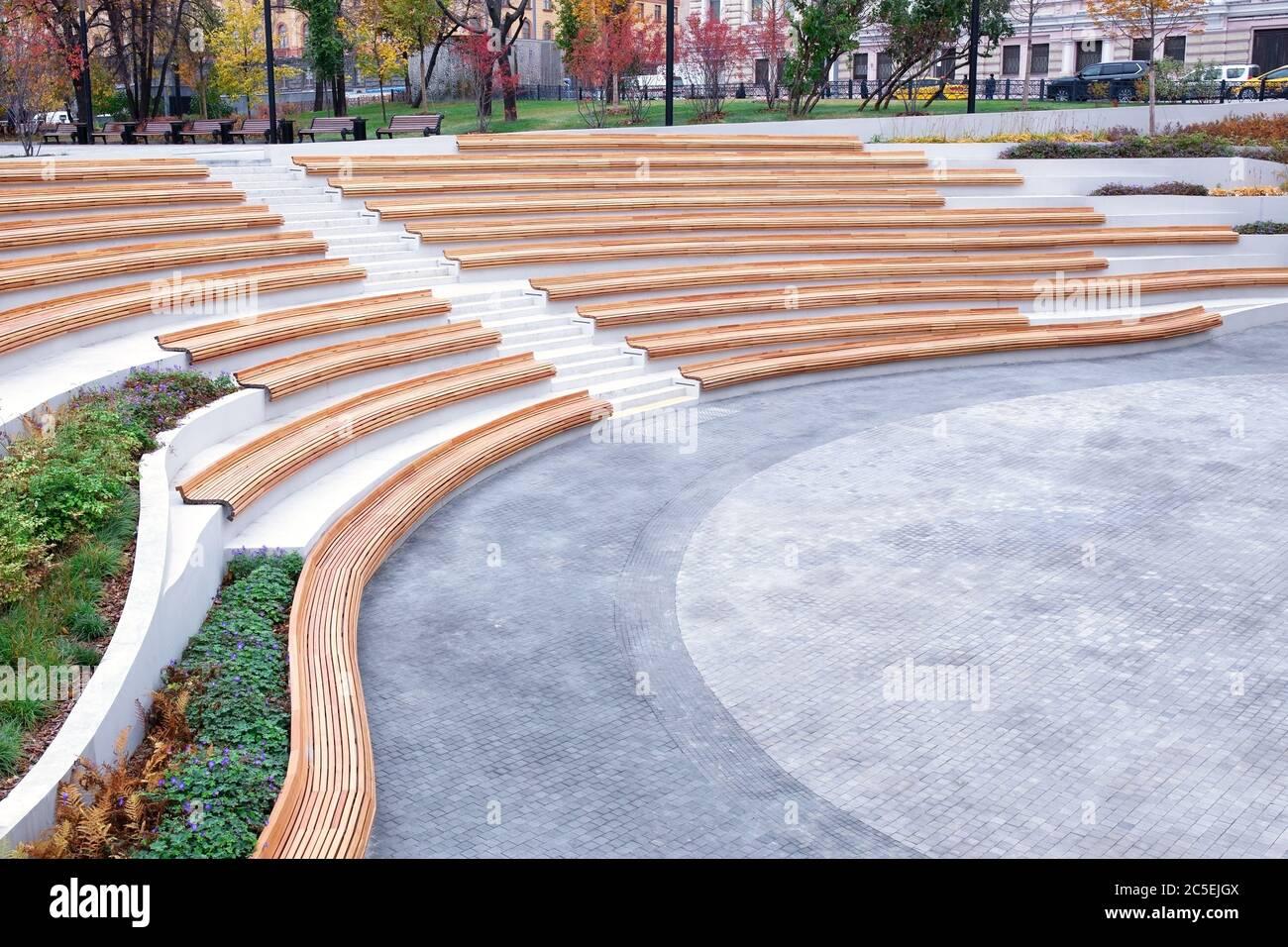 Diseño de espacios urbanos, la disposición del espacio abierto en la ciudad para el descanso y el entretenimiento de los ciudadanos. Líneas de arquitectura elegante, parque ajardinado, Foto de stock