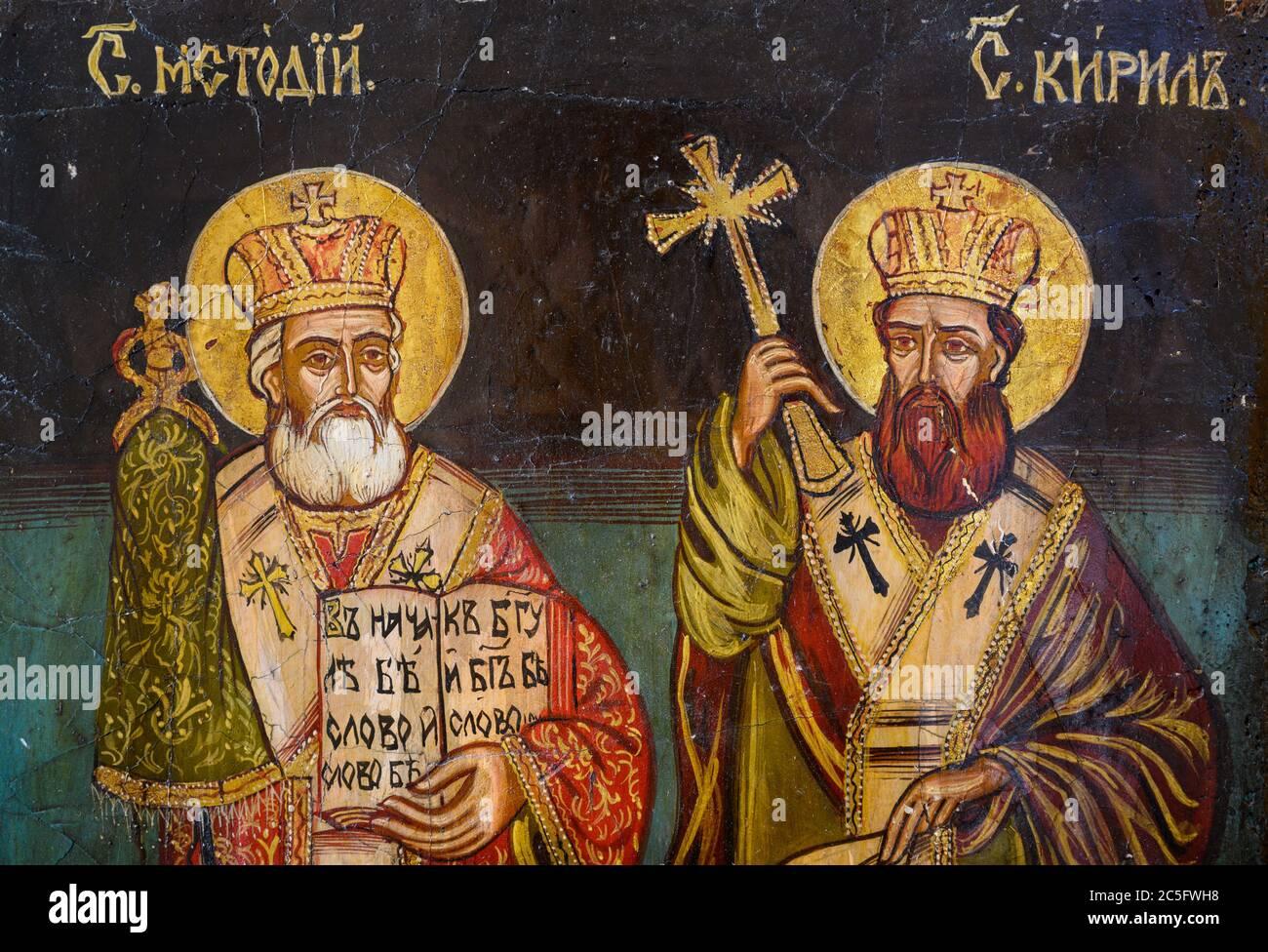 Icono bizantino de los Santos Cirilo y Metodio, los dos hermanos que eran misioneros bizantinos, los 'Apóstoles de los eslavos'. Una capilla privada. Foto de stock