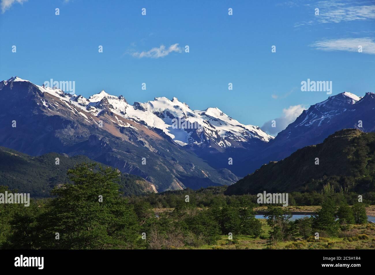 La vista sobre las montañas, el pueblo de el Chalten en la Patagonia, Argentina Foto de stock