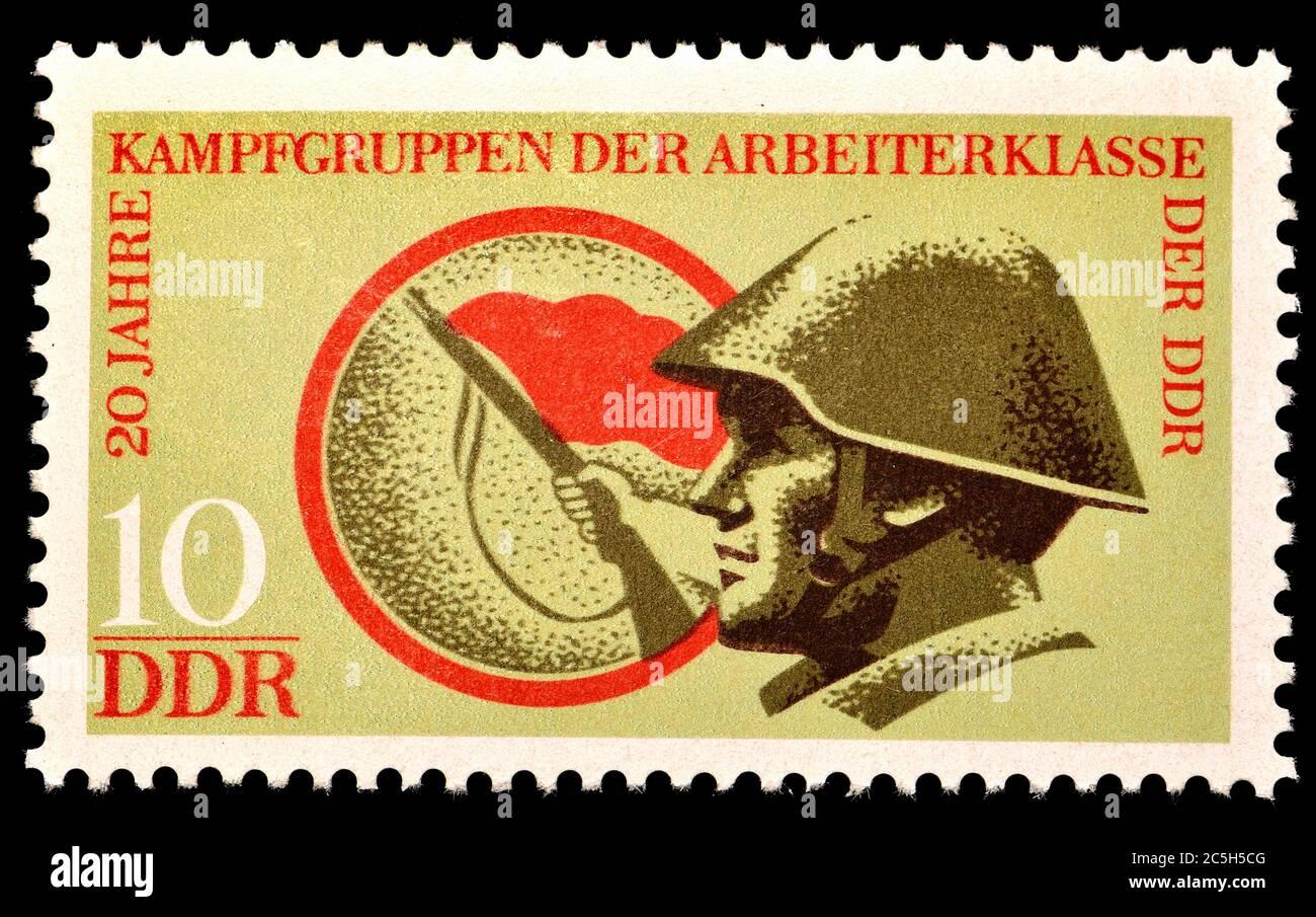 Sello de franqueo de Alemania Oriental (1973) : 20 años de la organización paramilitar grupos de combate de la clase obrera (Kampfgruppen der Arbeiterklasse, kDa) Foto de stock