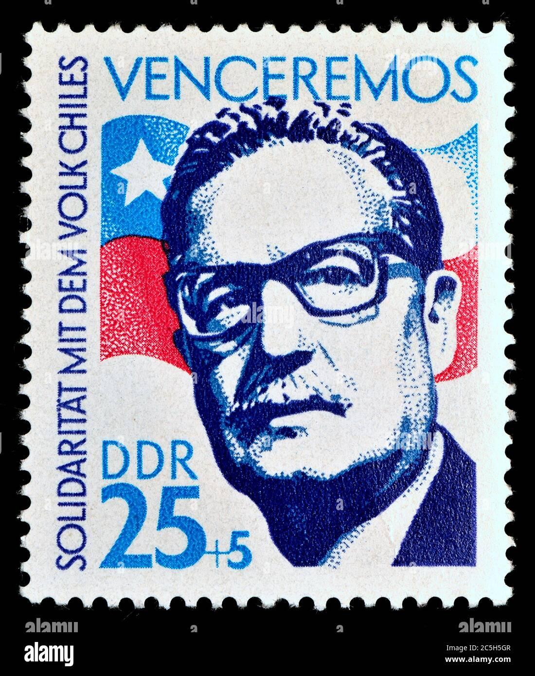 Sello postal de Alemania Oriental (1973) : Salvador Guillermo Allende Gossens (1908 – 1973) político socialista chileno y médico, Presidente de Chile Foto de stock