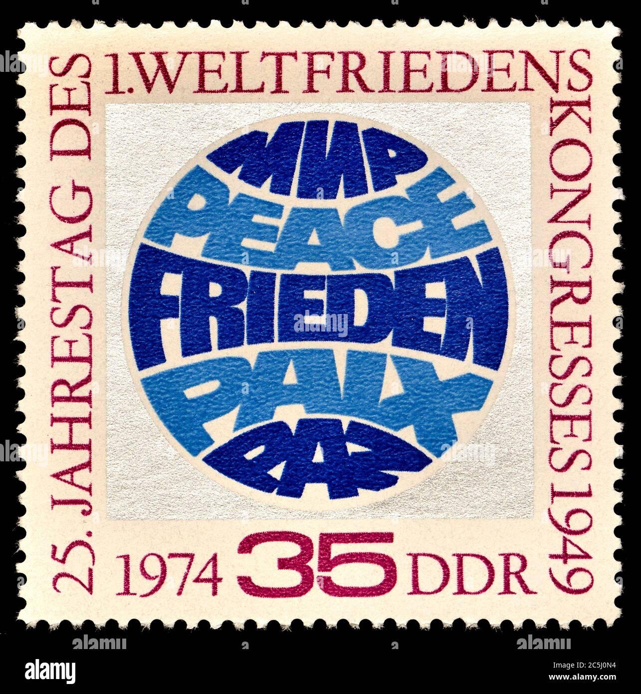 """Sello de franqueo de Alemania Oriental (1974) : 25º aniversario del I Congreso Mundial de la Paz, 1949. """"Paz"""" en ruso, inglés, alemán, francés y español Foto de stock"""