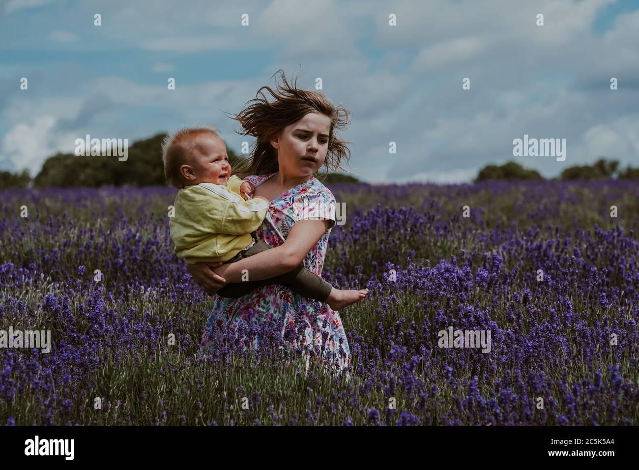Hermana mayor y hermano pequeño en Lavender Field, Reino Unido Foto de stock