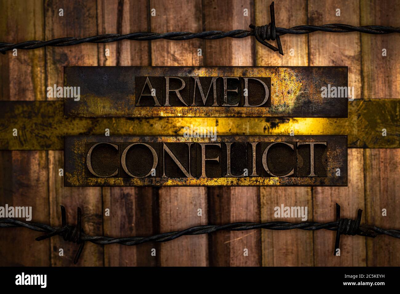 Texto de conflicto armado formado con auténticas cartas de composición auténtica sobre gris vintage de plata texturizada cobre y fondo de oro con alambre de barbo Foto de stock