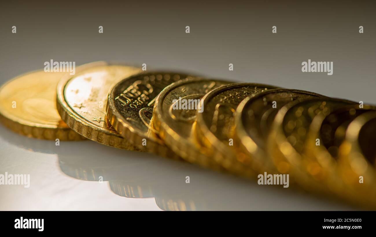 la pila de monedas de diez céntimos de euro se encuentra en la superficie de la mesa. Banner web. Concepto de negocio. Foto de stock