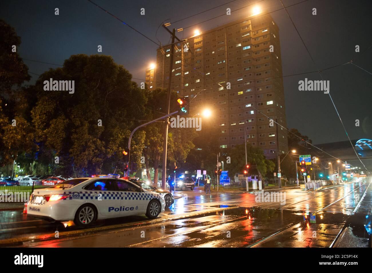 Melbourne, Australia. 04 de julio de 2020 500 la policía de Victoria toma el control de los pisos de viviendas públicas y sus 3000 residentes en Flemington, Australia el sábado por la noche como parte de un cierre del gobierno estatal victoriano Covid-19. Crédito: Michael Currie/Alamy Live News Foto de stock