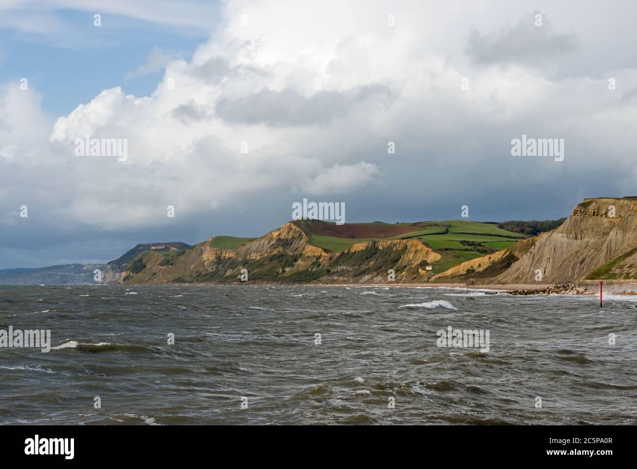 Vista desde West Breakwater en West Bay mirando a lo largo de la costa Jurásica hacia el Golden Cap. Parte de la Dorset AONB y en el camino de la costa suroeste Foto de stock