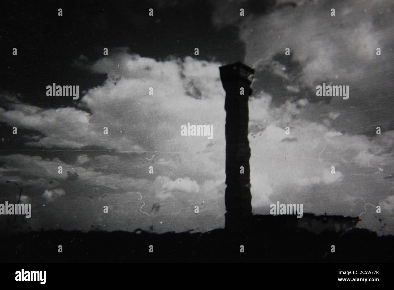 Fotografía de estilo de vida en blanco y negro de la elegante década de los 70 de la torre de control de tráfico aéreo de o'Hare que se cierne en la distancia. Foto de stock