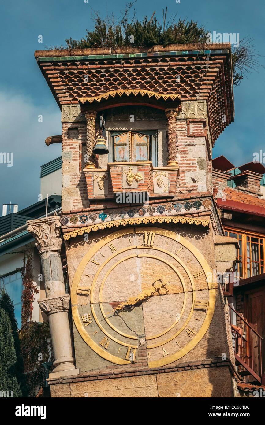 Tbilisi, Georgia. Primer plano Detalles del famoso Rezo Gabriadze Marionette Teatro Torre del Reloj en la Ciudad Vieja. Museo del Teatro de Marionetas en Tbilisi, Georgia, Foto de stock